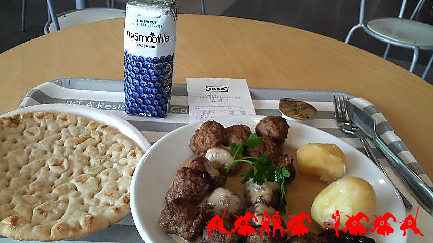 Swedish meat balls with potato, ligonberry and brown sauce, soft Arctic bread with creamy butter, and blueberry smoothie.