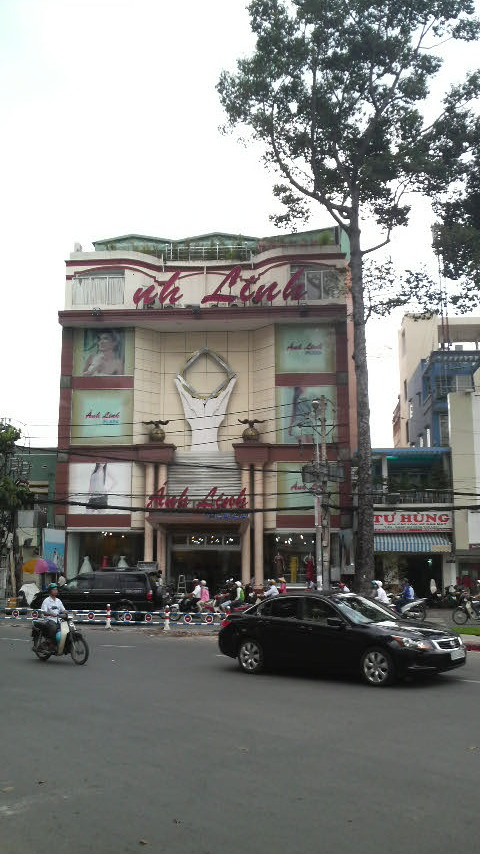Anh Linh Department Store on 3 Thang 3 Road, District 5, HCMC.