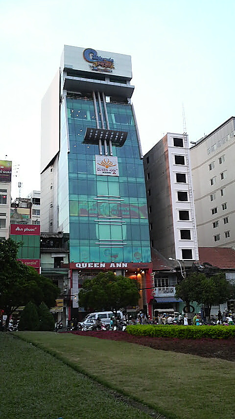 This building near Ben Thanh Market would totally blend in with the streetscape at Okachimachi in Tokyo, Japan